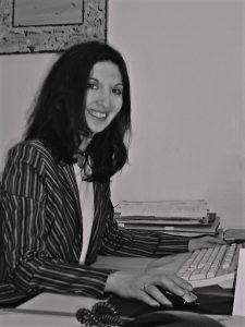 Maria Petra an ihrem Schreibtisch